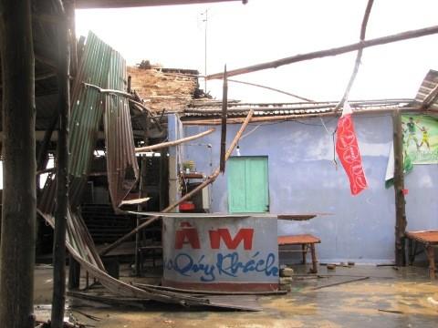 Nhà hàng ven biển Thuận An trở nên hoang tàn sau bão.