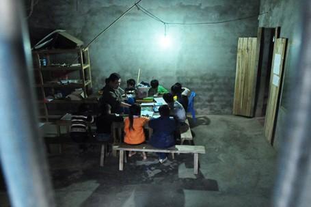 Lớp học của thầy giáo dạy chữ đặc biệt này không có giờ cố định, cứ sau mỗi giờ tan học ở trường, các em học sinh có thể đến bất kỳ lúc nào và học bao lâu ở nhà anh tùy thích