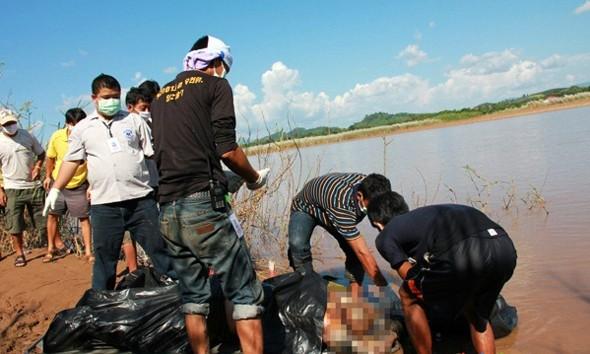 Một thủy thủ Trung Quốc bị giết ngày 5-10 được đưa vào bờ. Ảnh: China.org.cn