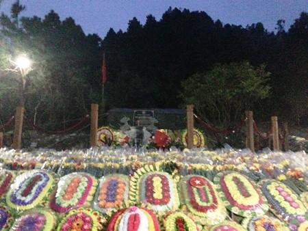 Những bó hoa tươi thắm dâng lên mộ Đại tướng (Ảnh: Đặng Tài)