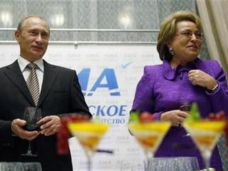 Bà Valentina Matviyenko và Thủ tướng Nga Vladimir Putin - Ảnh: Reuters