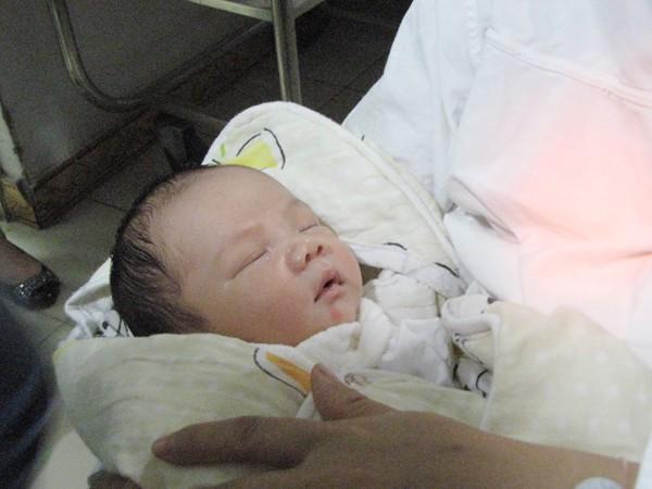 Cháu bé trông vẫn bụ bẫm sau gần sáu ngày xa mẹ. Để tiện việc chăm sóc cho cả mẹ và con, các bác sỹ quyết định chăm sóc cháu bé ở Khoa Sơ sinh, chị Thơm vẫn nằm trên khoa sản. Khi nào sức khoẻ cả hai mẹ con hồi phục, sẽ cho hai mẹ con ở cùng nhau. Ảnh: Lãng Phong