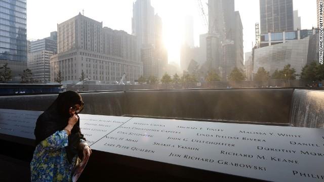 Người phụ nữ xúc động khi nhìn vào tên của các nạn nhân vụ khủng bố được khắc lên đây
