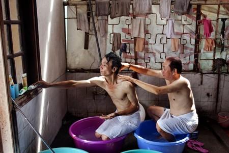 Cặp đôi này, một người sinh năm 1956, một người sinh năm 1968. Họ đã yêu nhau hơn 6 năm và đang cùng chung sống tại Hà Nội