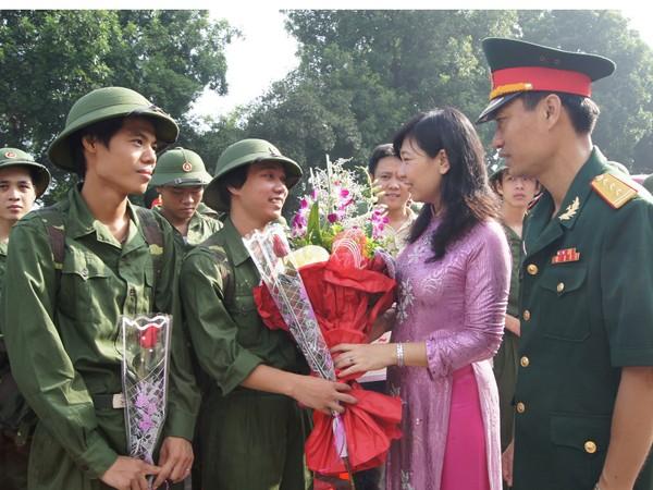 Thanh niên lên đường nhập ngũ tại Hà Nội. Ảnh: Nguyễn Minh