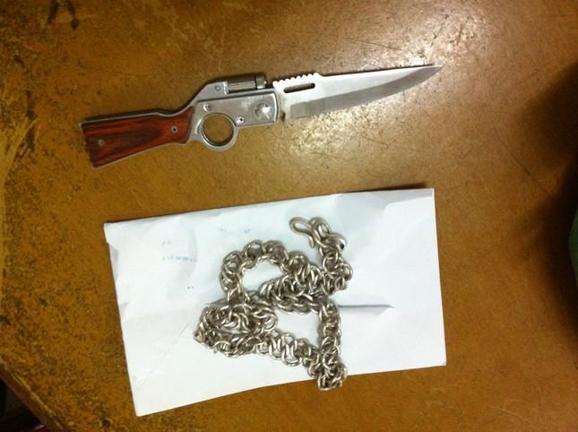 Tang vật của vụ cướp, trong đó có con dao của đối tượng Nguyễn Viết Toán đâm trúng ba người truy bắt