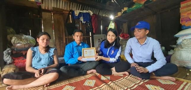 T.Ư Đoàn trao huy hiệu 'Tuổi trẻ dũng cảm' cho thanh niên cứu 3 phụ nữ bị lũ cuốn ảnh 1