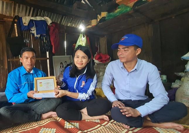 T.Ư Đoàn trao huy hiệu 'Tuổi trẻ dũng cảm' cho thanh niên cứu 3 phụ nữ bị lũ cuốn ảnh 3