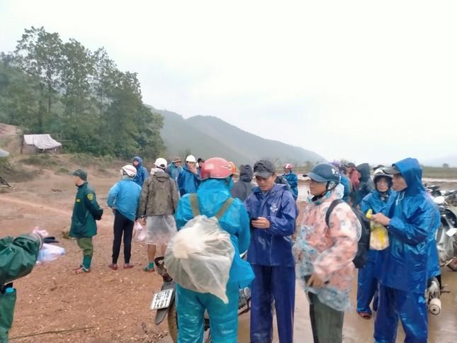 Gần 150 người đội mưa rét tìm cụ ông mất tích trong rừng ảnh 6