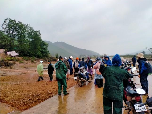 Gần 150 người đội mưa rét tìm cụ ông mất tích trong rừng ảnh 2
