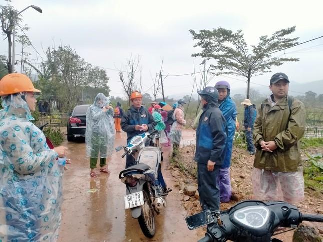 Gần 150 người đội mưa rét tìm cụ ông mất tích trong rừng ảnh 3