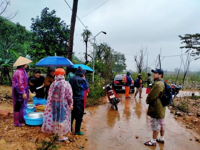 Gần 150 người đội mưa rét tìm cụ ông mất tích trong rừng ảnh 5