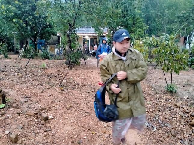 Gần 150 người đội mưa rét tìm cụ ông mất tích trong rừng ảnh 4