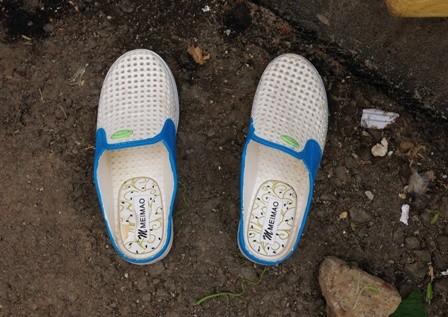 Nhiều người sưng, ngứa chân khi đi dép Trung Quốc ảnh 2