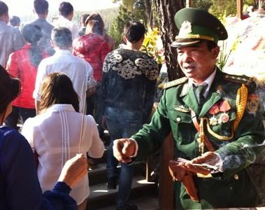 Hàng ngàn người viếng mộ Đại tướng đầu năm ảnh 2