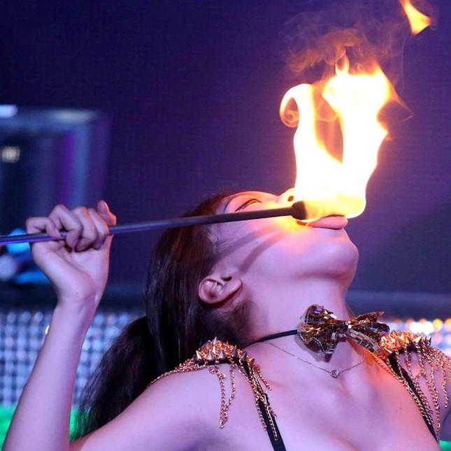 Nữ 9X liều mình sống với nghề múa lửa ảnh 3