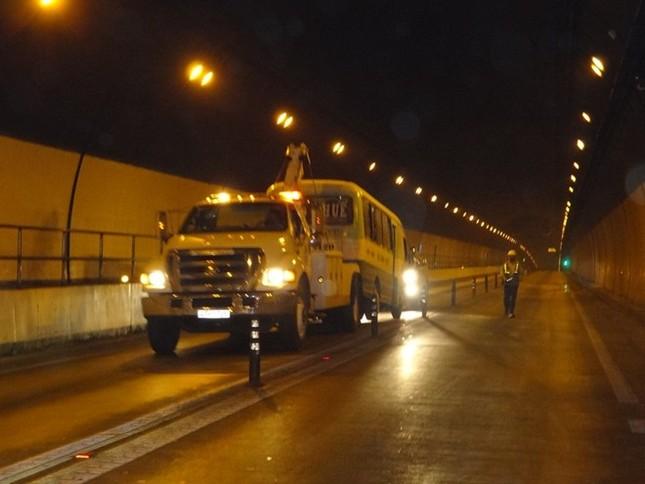 Xe khách chở 32 người bốc cháy trong hầm Hải Vân ảnh 2
