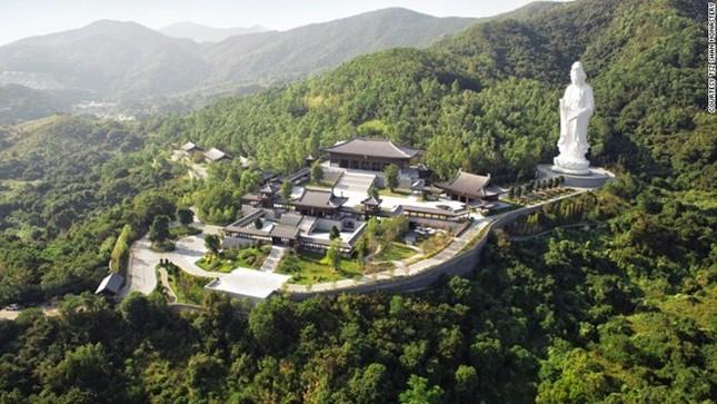 Tu viện Phật giáo lắp kính chống đạn ở Hong Kong ảnh 2