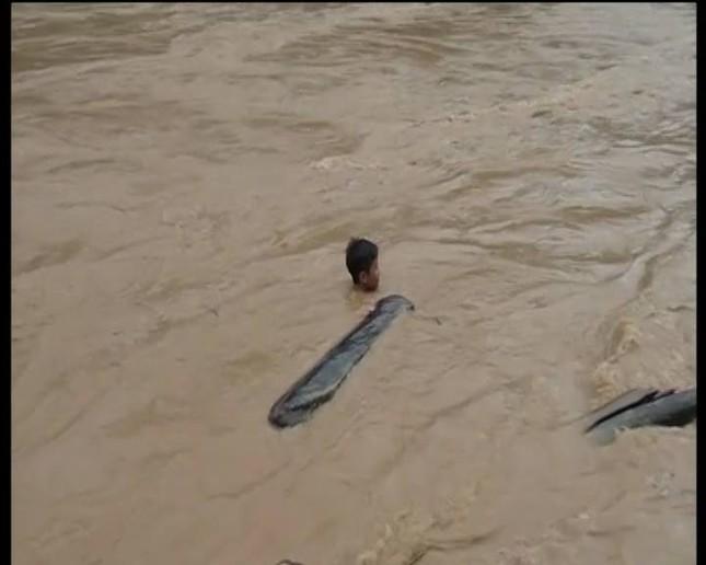 Hàng trăm người lao ra giữa dòng nước xiết vớt củi ảnh 2