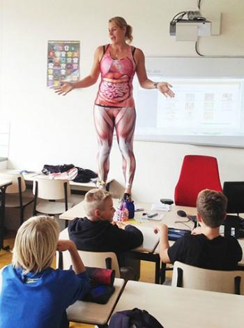 Cô giáo cởi đồ giữa lớp để... minh họa cho bài giảng ảnh 1
