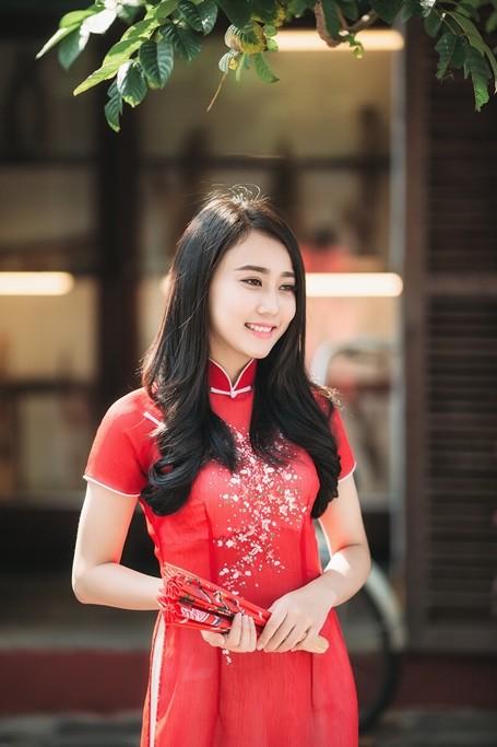 'Bạn gái' Sơn Tùng - MTP rạng rỡ xuống phố du xuân ảnh 2