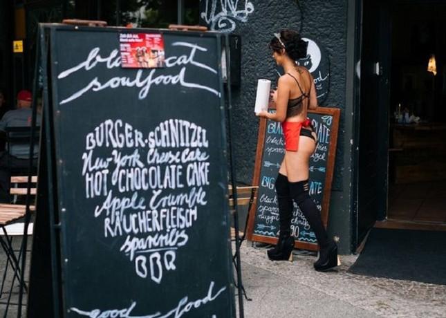 Nhà hàng thuê người mẫu ngực trần làm bồi bàn để 'câu' khách ảnh 1