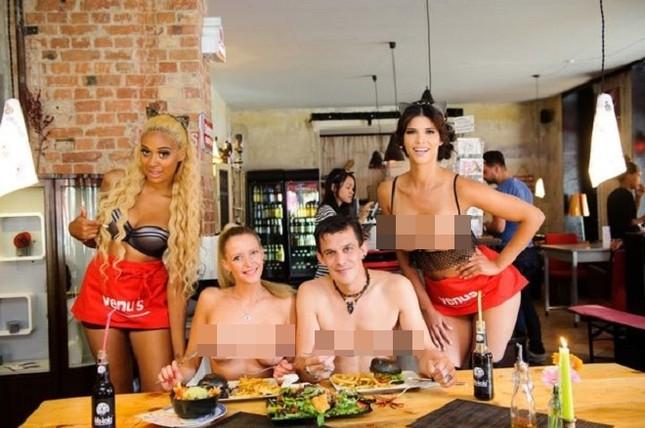 Nhà hàng thuê người mẫu ngực trần làm bồi bàn để 'câu' khách ảnh 3