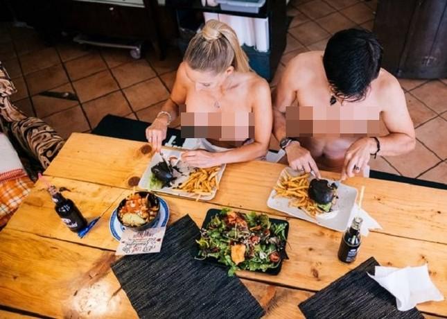 Nhà hàng thuê người mẫu ngực trần làm bồi bàn để 'câu' khách ảnh 4