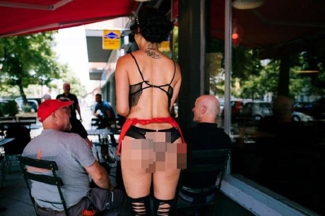 Nhà hàng thuê người mẫu ngực trần làm bồi bàn để 'câu' khách ảnh 5