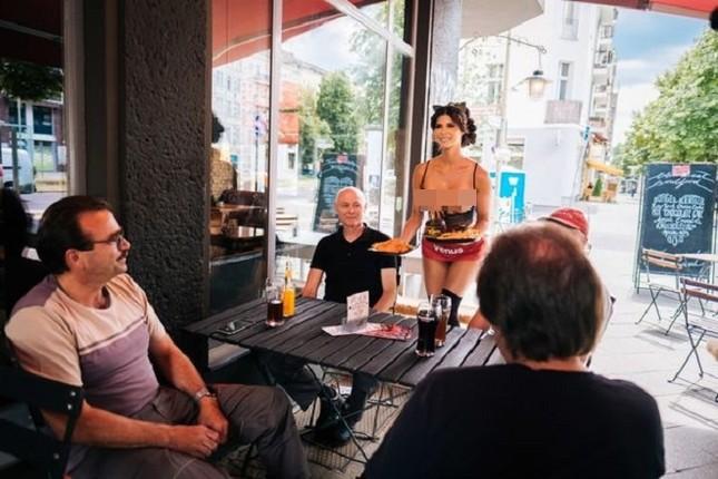 Nhà hàng thuê người mẫu ngực trần làm bồi bàn để 'câu' khách ảnh 6