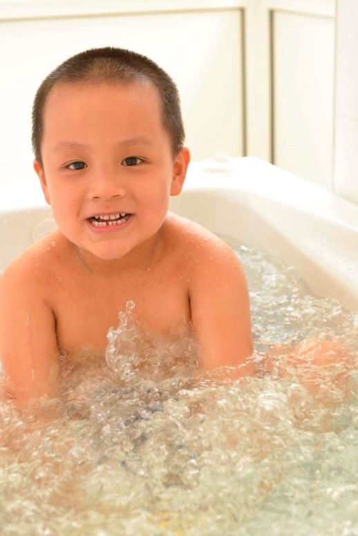 Cậu bé Việt Nam đầu tiên được tài trợ sang Pháp chữa trị viêm da cơ địa ảnh 2