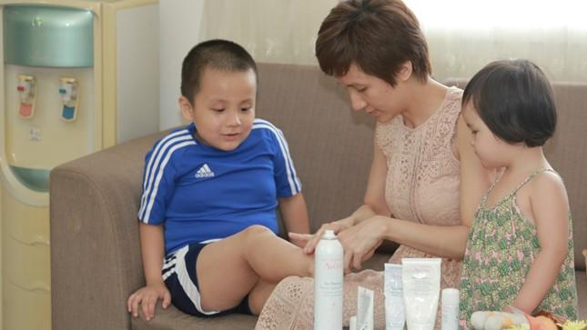 Cậu bé Việt Nam đầu tiên được tài trợ sang Pháp chữa trị viêm da cơ địa ảnh 3