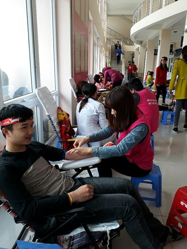Chủ Nhật Đỏ tại Thanh Hóa: Dùng quạt sưởi ấm cho người hiến máu ảnh 2