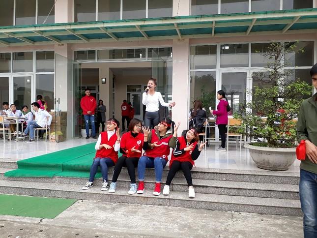 Chủ Nhật Đỏ tại Thanh Hóa: Dùng quạt sưởi ấm cho người hiến máu ảnh 4