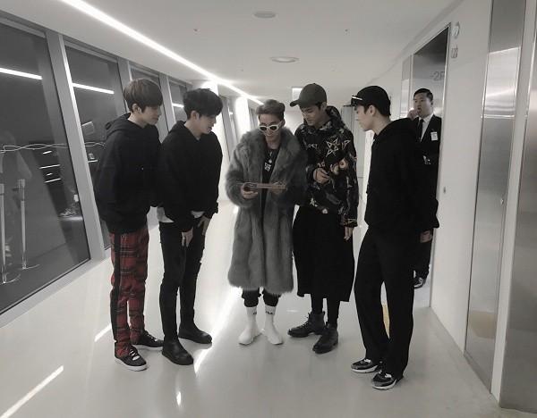 Nhóm nhạc Hàn xin chụp hình và tặng album cho Sơn Tùng M-TP ảnh 1