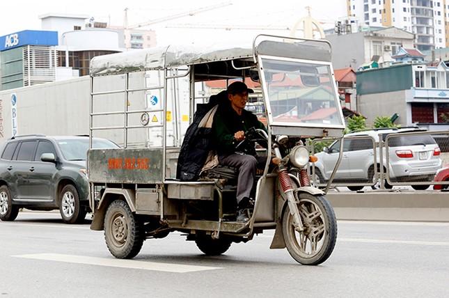 Xe ba bánh 'tranh đường' ô tô trên tuyến vành đai 3 Hà Nội ảnh 4