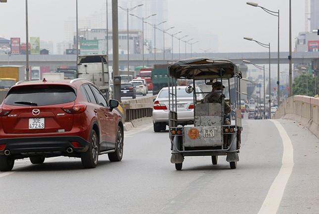 Xe ba bánh 'tranh đường' ô tô trên tuyến vành đai 3 Hà Nội ảnh 5