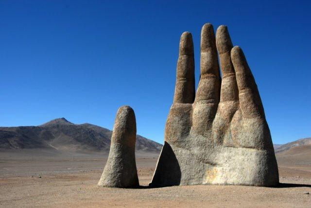 Bàn tay khổng lồ giữa sa mạc khô cằn nhất thế giới ẩn chứa điều bí ấn ảnh 3