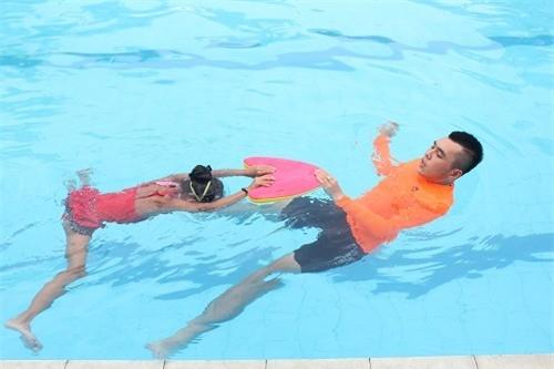 Cách tốt nhất giúp trẻ tránh bị viêm tai giữa khi đi bơi ảnh 1