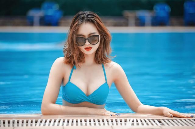 """Nữ sinh kinh tế nóng bỏng gây sốt """"bữa tiệc bikini"""" ảnh 1"""