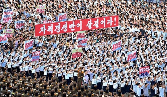 'Biển người' Triều Tiên thách thức lời đe dọa của Mỹ ảnh 7