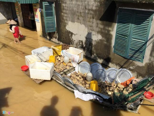 Làng biến thành 'sông' sau khi nước lũ tràn qua đê ảnh 12