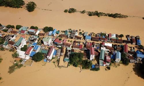 Làng biến thành 'sông' sau khi nước lũ tràn qua đê ảnh 1