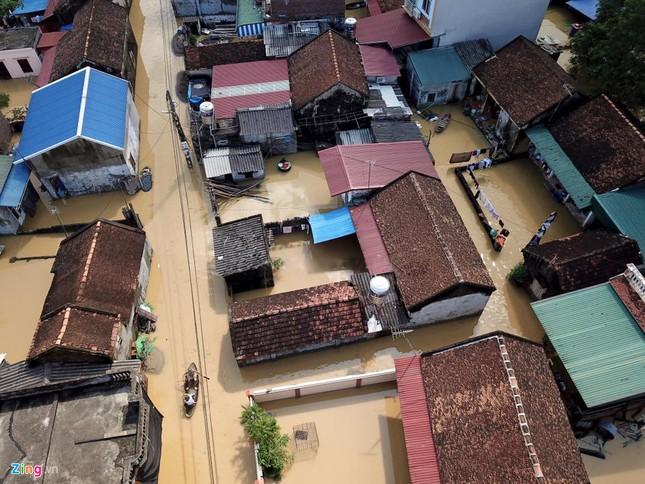 Làng biến thành 'sông' sau khi nước lũ tràn qua đê ảnh 2