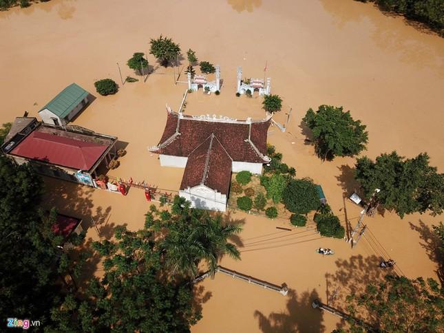 Làng biến thành 'sông' sau khi nước lũ tràn qua đê ảnh 3
