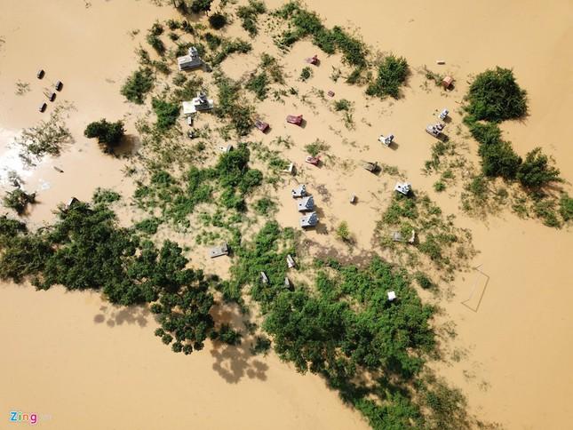 Làng biến thành 'sông' sau khi nước lũ tràn qua đê ảnh 4