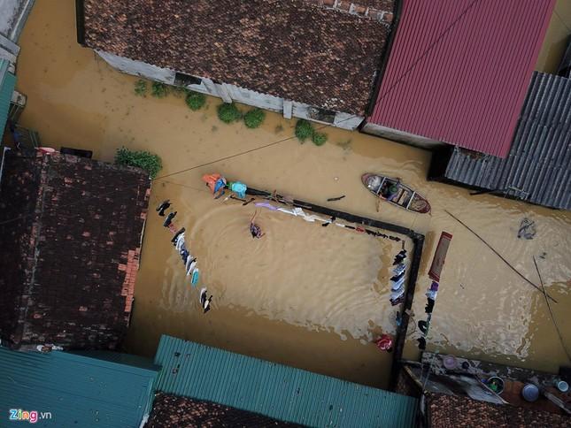 Làng biến thành 'sông' sau khi nước lũ tràn qua đê ảnh 5