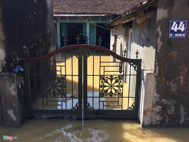 Làng biến thành 'sông' sau khi nước lũ tràn qua đê ảnh 7