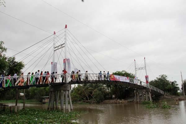 Bão đi qua, Tết về với những nhịp cầu trên quê nghèo Nam Bộ ảnh 2