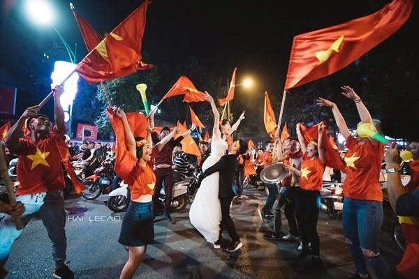 'Đi bão' mừng U23 Việt Nam, cô gái được cầu hôn và có ngay ảnh cưới độc ảnh 1